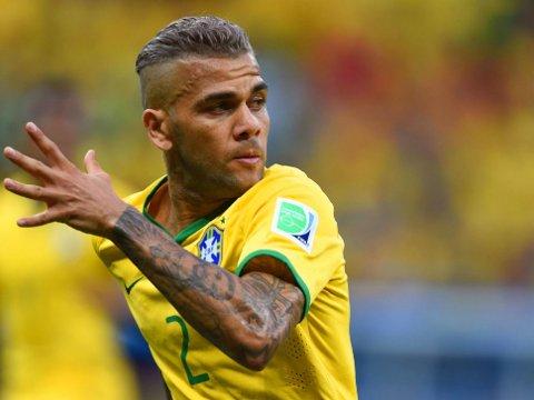 BYTTER LIGA? En Premier League-klubb hevdes å planlegge et bud på Barcelona- og Brasil-backen Dani Alves.