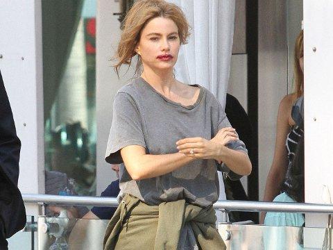 «MAKEUNDER»: Sofia Vergara ser ikke like glamorøs ut me bustete hår, utgnidd leppestift og crocs.