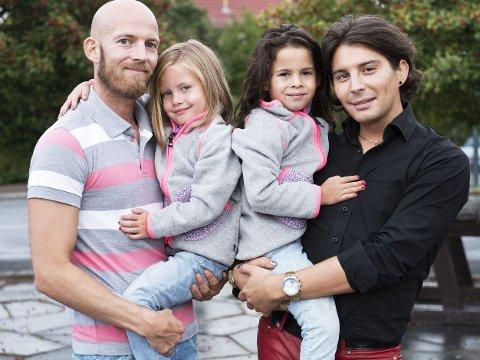 - LA BARNA VÆRE DEM DE ER: Stylist og TV-profil Erlend Elias Bragstad mener barn også må få utrykke seg gjennom klær. Her sammen med kjæresten Petter og hans barn Ava og Amalia.