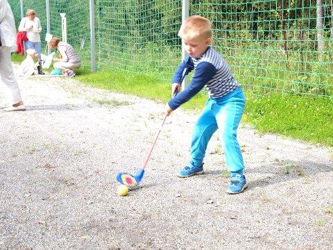 GOLFTALENT: Oscar viser sine kunster med en god sving på golfbanen Grønmo golfklubb har satt opp under Brenna Vels jubileumsfestival lørdag.