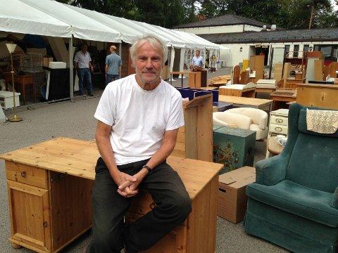 Gunnar Grøndahl har allerede på plass mange fine ting til helgens loppemarked. Nå ønsker han seg mange kunder.