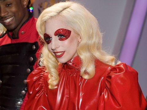 Tro det eller ei - dette var antrekket Lady Gaga brukte da hun hilste på den britiske dronningen ...