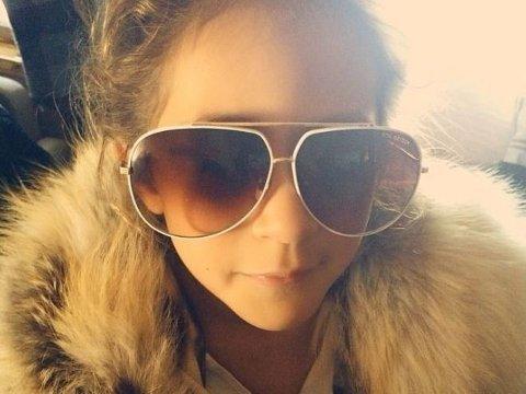 HERMEGÅS: Emme, datteren til Jennifer Lopez, ser ut til å gå i sin mors glamorøse fotspor med pels og store solbriller.
