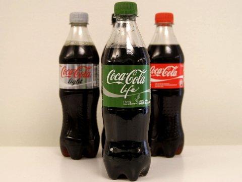 COCA COLA LIFE er søtet med stevia og inneholder færre kilokalorier sammenlignet med vanlig Cola.