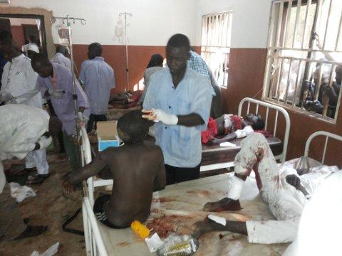 PÅ SYKEHUSET: Bilde fra sykehuset i Potiskum i Nigeria mandag, der legene hadde hendene fulle etter bombeangrepet på en skole.