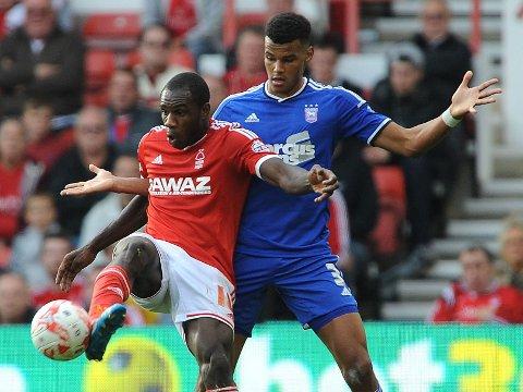 FORSVARSJEF: Tyrone Mings (i blått) kan bli Arsenal-spiller.