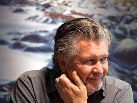 PER-OLAV SØRENSEN startet sin regissørkarriere i USA der han produserte flere suksessrike stykker som blandet ny musikk, eksperimentelt teater og mer tradisjonelt teater. Nå er han mannen bak «Kampen om tungtvannet».