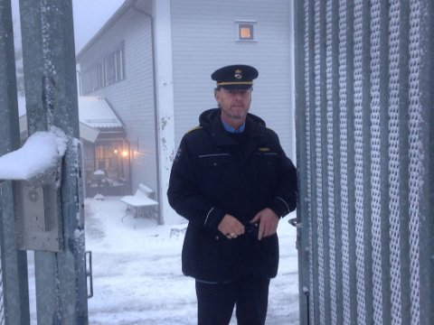 BAK GJERDENE: Fengselsleder Gaute Enger i Kongsvinger fengsel ønsker Nettavisen velkommen til fengselet som har vært hjemmet til Fateh Najmeddin Faraj, alias mulla Krekar, de siste årene.