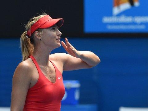 FORNØYD: Maria Sjarapova gir publikum et slengkyss etter seieren mot Ekaterina Makarova i semifinalen.