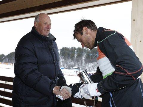 KONGELIG HÅNDTRYKK: Petter Northug gratuleres av kong Harald etter lørdagens skiathlonseier under ski-NM.