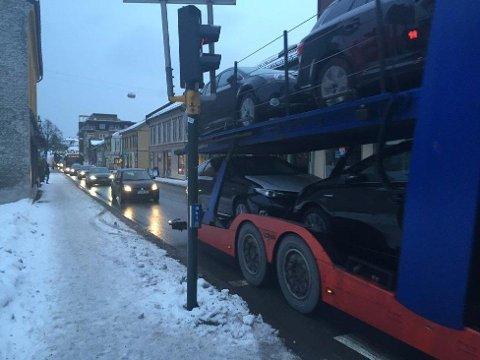 KAOS: Trafikken sto sille i Langgaten i Holmestrand sentrum mandag ettermiddag. Nå frykter innbyggerne at det skal bli slike tilstander i lang tid.