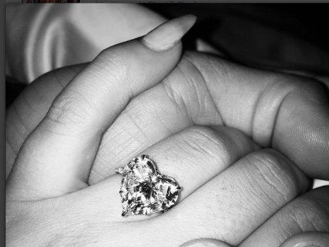 LADY GAGA er forlovet.