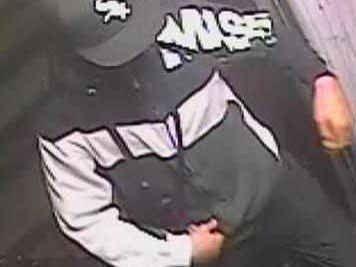 NYE BILDER: Gjerningsmannen var ifølge politiet kledd som på bildet før angrepet ved synagogen i Krystalgade søndag. Bildene som politiet publiserte onsdag stammer fra Nørrebrogade, der personen dukket opp på en internettkafe lørdag rundt klokka 21.15, før angrepet i Krystalgade.