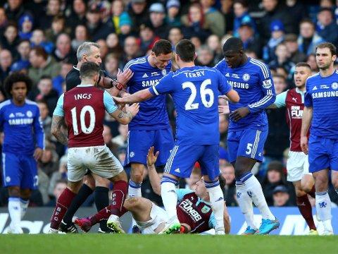 SÅ RØDT: Nemanja Matic tente på alle pluggene da han ble taklet stygt av Burnleys Ashley Barnes.