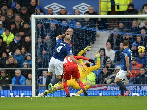 SVAKT: Everton og målvakt Tim Howard ser Esteban Cambiassos skudd passere inn til 2-1-ledelse for Leicester etter lite overbevisende feltarbeid av sisteskansen.
