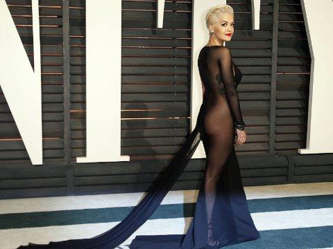 RITA ORA overlot lite til fantasien i denne kjolen.