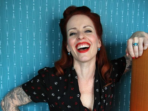 TEATER OG GLAMOUR: Silya Nymoen vil gjerne leke, det får hun gjort både i Sweeney Todd og Melodi Grand Prix.