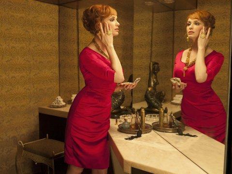 SEXY OG STERK: Joan Holloway (Christina Hendricks) har fått en helt bevisst fargepalett av kostymedesigneren.