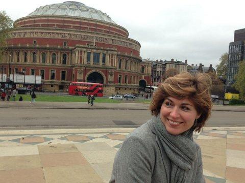 Her er Sissel Kyrkjebø foran Royal Albert Hall, hvor hun skal opptre mandag kveld.