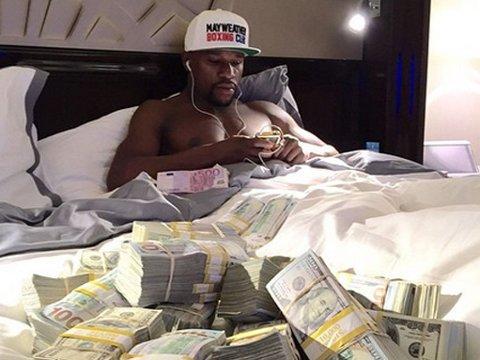 PENGEMASKIN: Floyd Mayweather poserer med en haug penger på sin Instagram-konto.