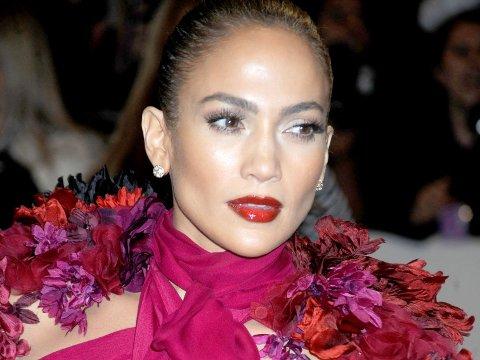 Jennifer Lopez så fantastisk ut i denne blomsterkreasjonen i 2011.