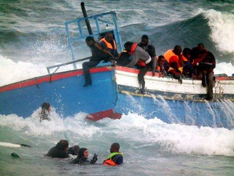 HJELP: Flyktninger reddes av italiensk kystvakt i det båten deres holder på å gå under. Norge skal sende to skip til Middelhavetfor å bistå i EU-samarbeidet - fristen for anbud gikk ut mandag. Akivfoto 2011.