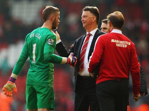 VIKTIG MANN: David de Gea har spilt en sentral rolle i sesongen som trolig fører Manchester United tilbake til Champions League. Her gratuleres keeperen av manager Louis van Gaal etter seieren over Liverpool på Anfield i mars.