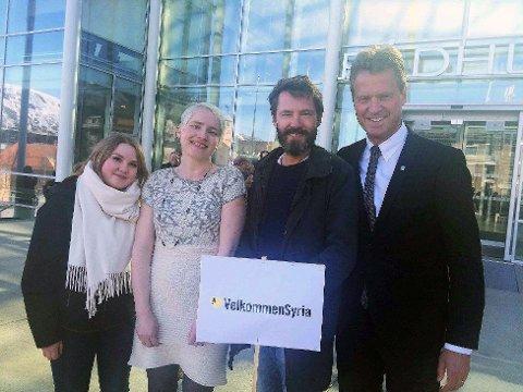 SA JA: Et flertall i Tromsø kommunestyre sa 29. april ja til å ta imot minst 140 flyktninger fra Syria i løpet av to år. Ordfører Jens Johan Hjort (H), til høyre, var blant dem som stemte for. Her står han sammen med lokale representanter for Amnesty - Lise Sundelin og Ole-Gunnar Solehim, som utfordret kommunene, og SVs ordførerkandidat Ingrid Marie Kielland, som fremmet forslaget i kommunestyret.