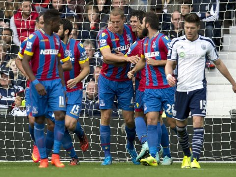 FORTSETTER I PREMIER LEAGUE: Crystal Palace-manager Alan Pardew vil ha med Brede Hangeland også neste sesong.