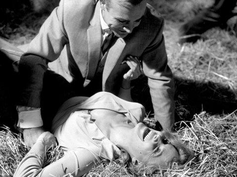 GOLDFINGER: Pussy Galore (spilt av Honor Blackman) og Sean Connery som James Bond.