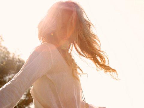 HÅRPLEIE: Bruk solbeskyttelse, og helt hatt, når du er ute i solen. Pass også på å tilføre håret ditt nok fuktighet.