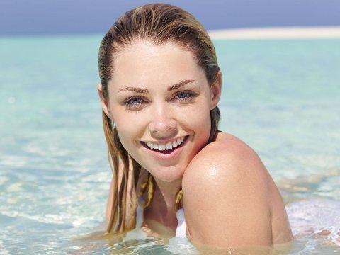 TIDLIG ALDRING: Pass på at du beskytter huden din ute i sola.