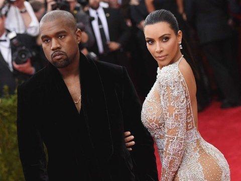 KIMYE: Kanye West og Kim Kardashian på Met Gala i mai. Kim viste få tegn til noen gravidmage i en gjennomsiktig kjole fra den norske designeren Peter Dundas' første kolleksjon for motehuset Roberto Cavalli. Foto: Mike Coppola (Afp)