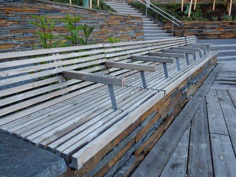 BARE SITTE: De nye benkene i Akerselvalmenningen i Bjørvika i Oslo er utstyrt med armlener. De gjør det blant annet umulig å legge seg ned på benkene.