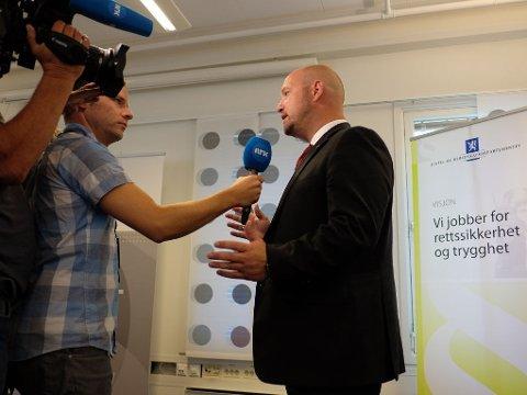 FORLENGER BEVÆPNING: Justisminister Anders Anundsen (Frp) på pressekonferanse i Nydalen onsdag. Han varslet at den midlertidige bevæpningen av politiet forlenges til 15. oktober.