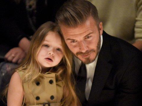 """PAPPAS JENTE: David Beckham og datteren Harper på første rad under en motevisning. David sier det er han som """"nekter"""" kona Victoria å klippe datterens hår."""