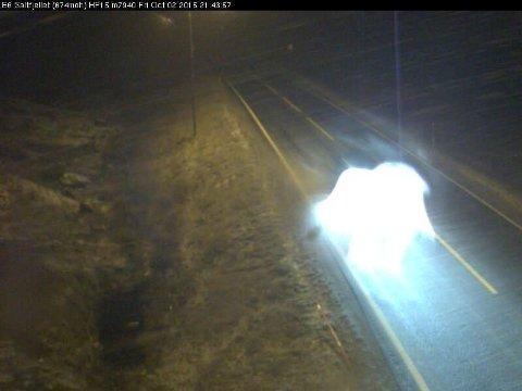 Flere steder i nord er det snø på veiene. Dette bildet er tatt av Statens vegvesens webkamera på Saltfjellet i Nordland like før klokken 22.