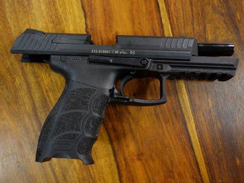 POLITIVÅPEN: Pistol P30L Variant 1 fra Heckler & Koch fotografert hos Norsk Jakt på Lysaker. Det er denne type pistol som er politiets standard tjenestevåpen.