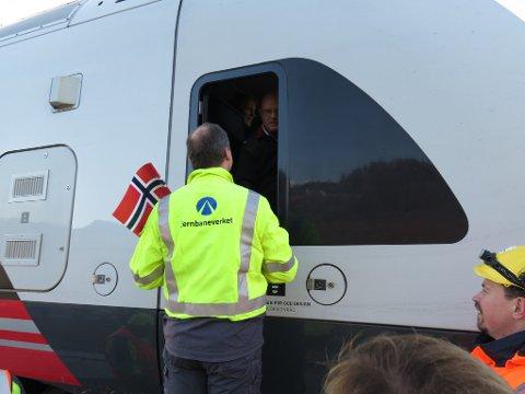 BLOMSTER TIL LOKFØRER: Samferdselsminister Solvik-Olsen (Frp) overrakte blomster til lokføreren som kjørte toget.