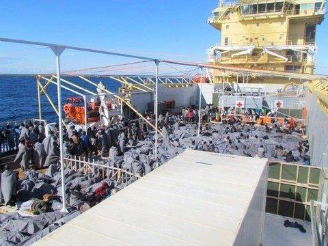 UTENFOR LIBYA: Fredag deltok Siem Pilot i en redningsaksjon nær kysten av Libya.723 personer ble reddet. En død person tatt hånd om.