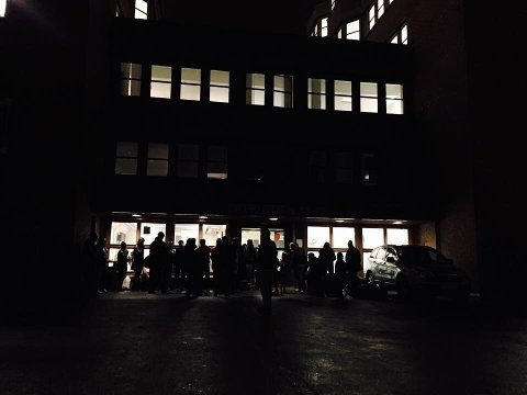 TØYEN: Asylsøkere venter utenfor Politiets utlendingsenhet på Tøyen i Oslo.