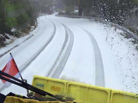 Brannmenn på Gran Canaria måtte fram med brøytebilen fredag etter snøfall.