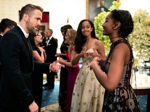 POSITIV: Sasha gir storesøster Malia tomlene opp, der hun prater med skuespiller Ryyan Reynolds.
