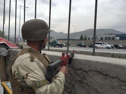EKSPLOSJON: En afghansk soldat har tatt oppstilling etter det som hevdes å være et selvmordsangrep i Kabul tirsdag.