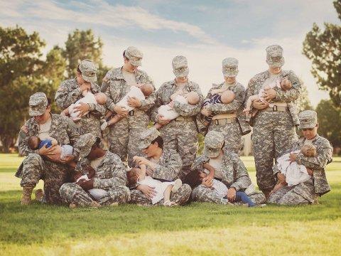 Kvinnelige soldater ved en tropp ammer sine barn.
