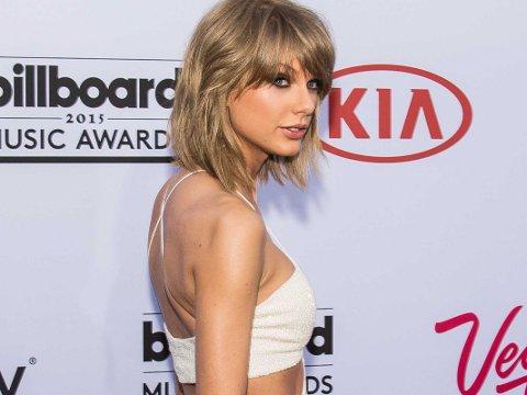 TAYLOR SWIFT er en av de tolv kjendisene som ligger nakne i en seng i Kanyes nye musikkvideo.