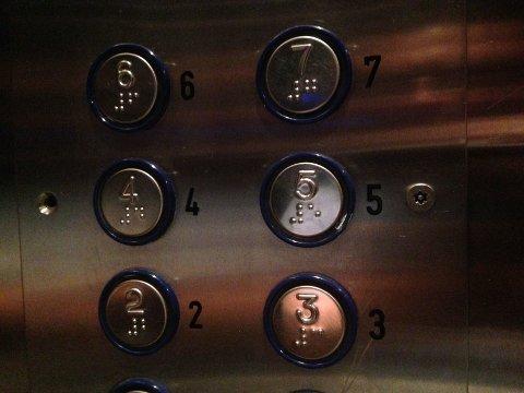 FALT: Heis med åtte personer falt i bakken fra 18. etasje.