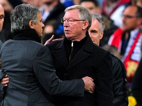 GA TOMMELEN OPP: Sir Alex Ferguson skal ha godkjent José Mourinhos plan om å hente tilbake Paul Pogba til Old Trafford. Her er de to fra et møte mellom Real Madrid og Manchester United på Santago Bernabéu i 2013.