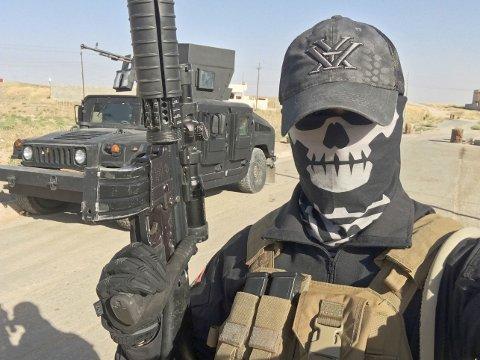 Bildet viser «Mike», som angivelig er en tidligere norsk soldat, som nå jobber frivillig og hjelper peshmergastyrker å kjempe mot IS i Mosul i Irak.