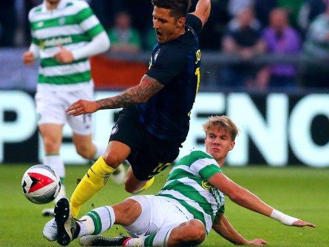 UTELATT: Kristoffer Ajer er ikke med i lørdagens storkamp i den skotske ligaen mot Glasgow-rivalen Rangers. Bildet er fra en treningskamp mot Stevan Jovetic og Inter forrige måned.